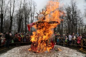 Особенности обряда сжигания чучела зимы на Масленицу